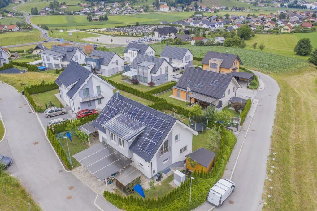 Vue aérienne sur des maisons avec panneau solaire